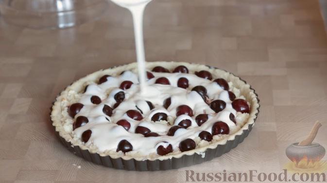 Фото приготовления рецепта: Слоеный пирог с черешней и творогом - шаг №12