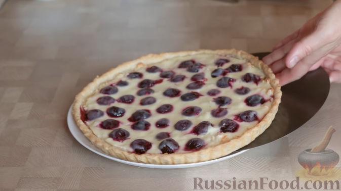 Фото приготовления рецепта: Слоеный пирог с черешней и творогом - шаг №13