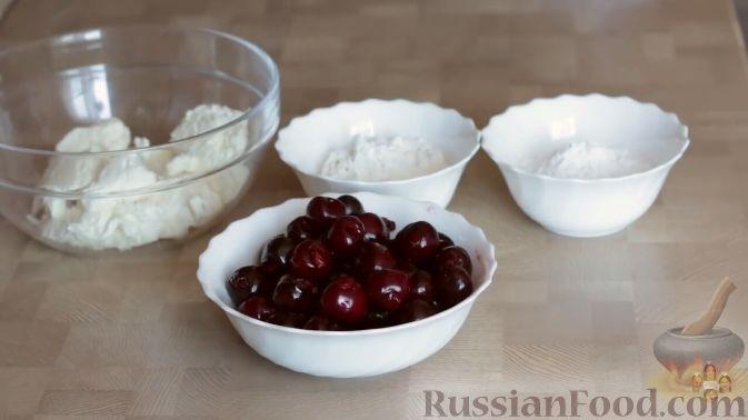 Фото приготовления рецепта: Слоеный пирог с черешней и творогом - шаг №7