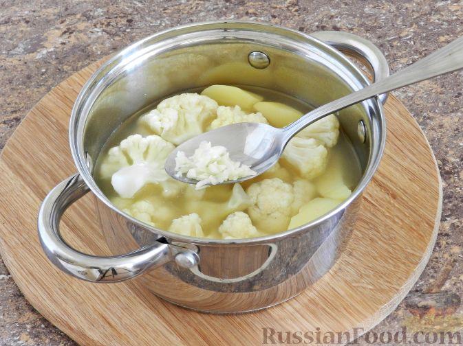 Фото приготовления рецепта: Суп-пюре из цветной капусты с шампиньонами - шаг №9