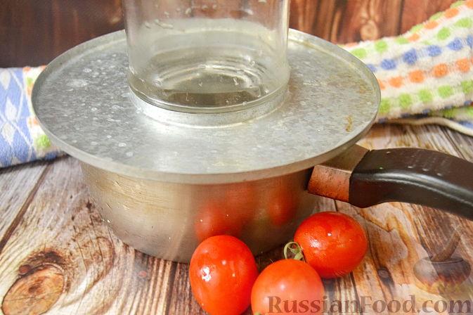Фото приготовления рецепта: Помидоры, маринованные с черешней - шаг №2