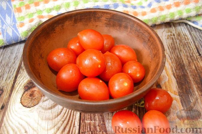 Фото приготовления рецепта: Помидоры, маринованные с черешней - шаг №3
