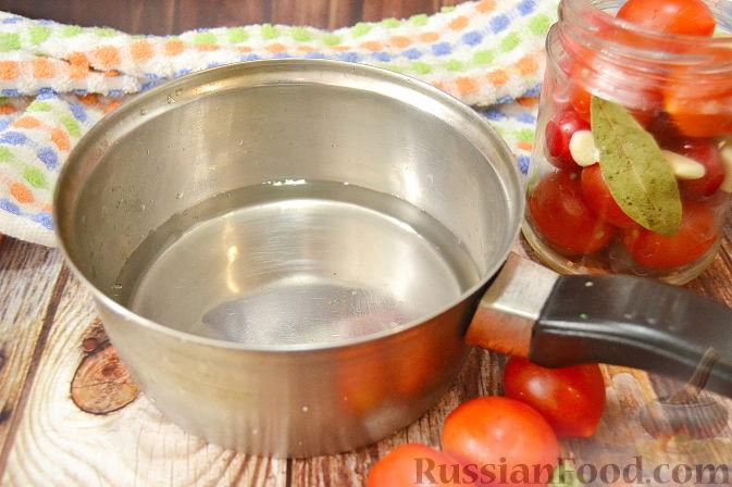 Фото приготовления рецепта: Помидоры, маринованные с черешней - шаг №6