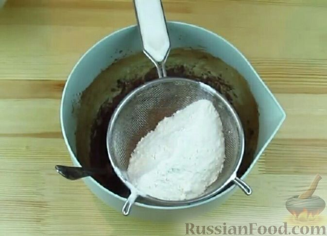 Фото приготовления рецепта: Яблочно-сливовый крамбл с овсяными хлопьями - шаг №12