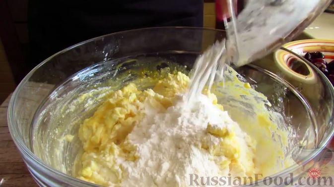 Фото приготовления рецепта: Творожная запеканка с черешней - шаг №4