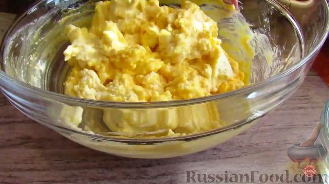 Фото приготовления рецепта: Творожная запеканка с черешней - шаг №3