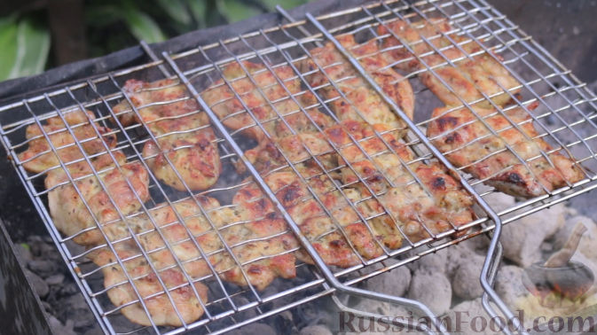Фото приготовления рецепта: Куриный суп с капустой, сладким перцем и маслинами - шаг №11