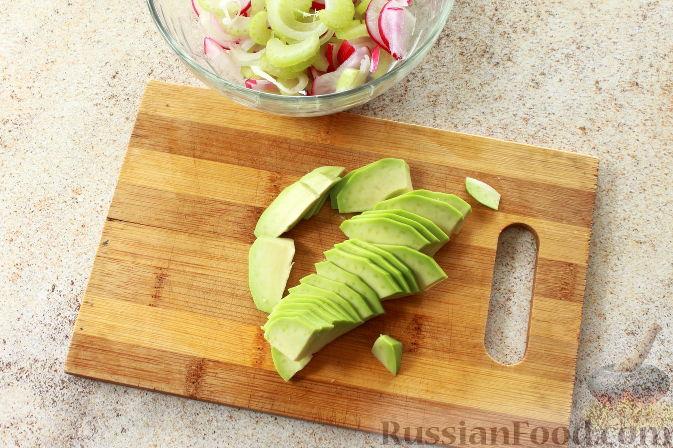 Фото приготовления рецепта: Салат с креветками и авокадо - шаг №7