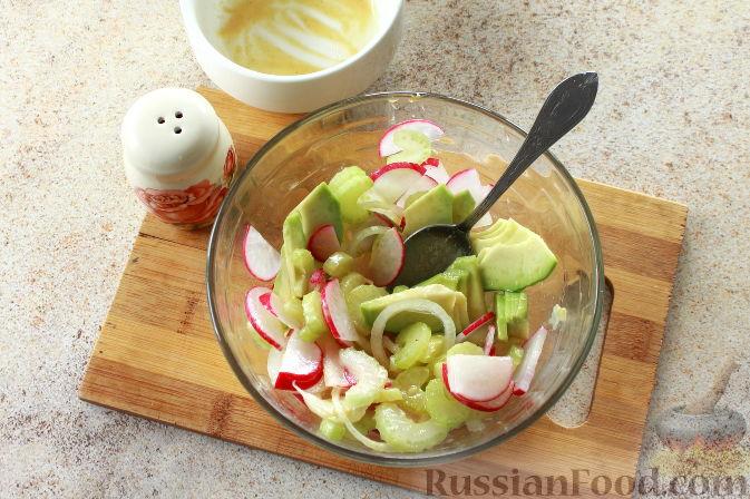 Фото приготовления рецепта: Салат с креветками и авокадо - шаг №9