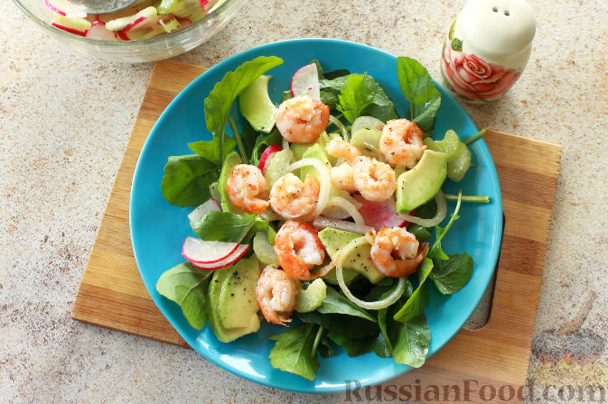 Фото приготовления рецепта: Салат с креветками и авокадо - шаг №10