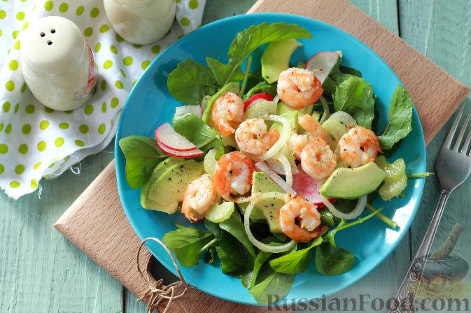Фото приготовления рецепта: Салат с креветками и авокадо - шаг №11