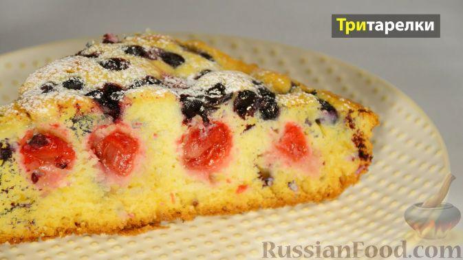 Фото к рецепту: Пирог с вишней и черникой, на сметане