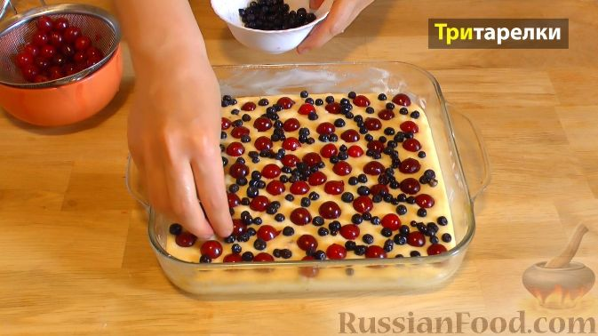 Фото приготовления рецепта: Пирог с вишней и черникой, на сметане - шаг №6