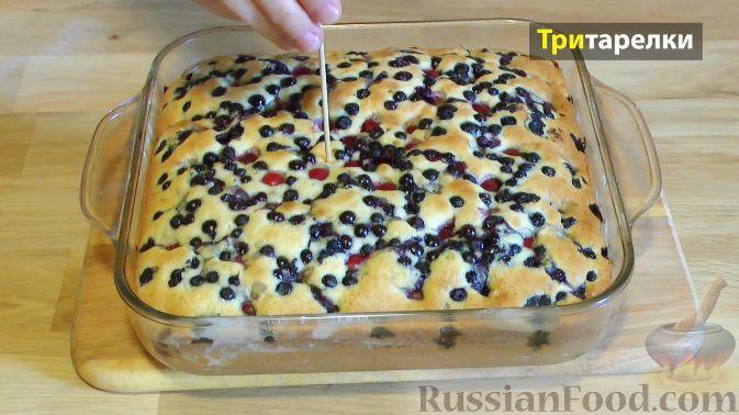 Фото приготовления рецепта: Пирог с вишней и черникой, на сметане - шаг №7