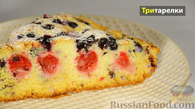 Фото приготовления рецепта: Пирог с вишней и черникой, на сметане - шаг №8