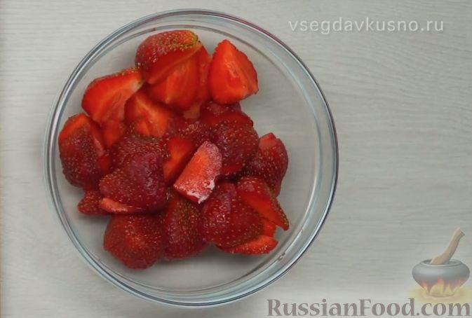 Фото приготовления рецепта: Летний салат с клубникой и сыром фета - шаг №3