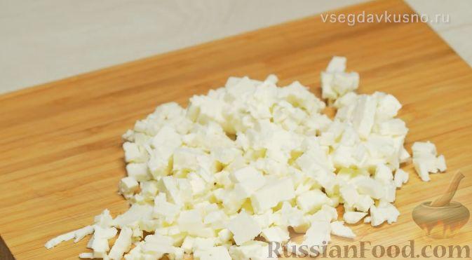Фото приготовления рецепта: Летний салат с клубникой и сыром фета - шаг №4