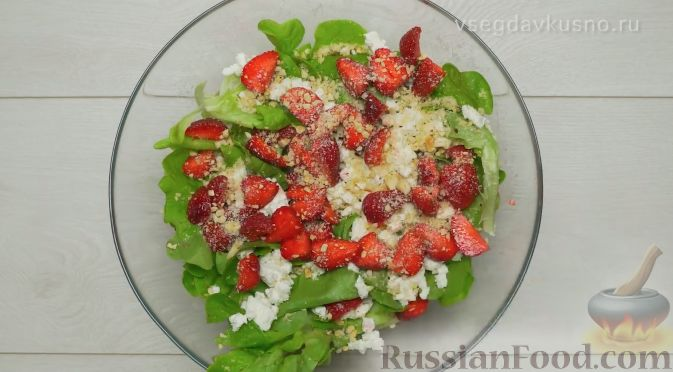 Фото приготовления рецепта: Летний салат с клубникой и сыром фета - шаг №7