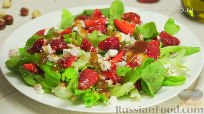 Фото приготовления рецепта: Летний салат с клубникой и сыром фета - шаг №8
