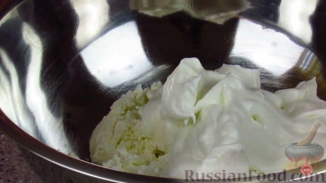 Фото приготовления рецепта: Малиновый десерт со сливочным кремом - шаг №4
