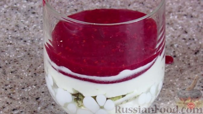Фото приготовления рецепта: Малиновый десерт со сливочным кремом - шаг №7