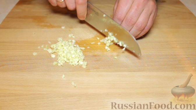 """Фото приготовления рецепта: Новогодний слоёный салат """"Бычок"""" с курицей, свежими огурцами и сыром - шаг №1"""