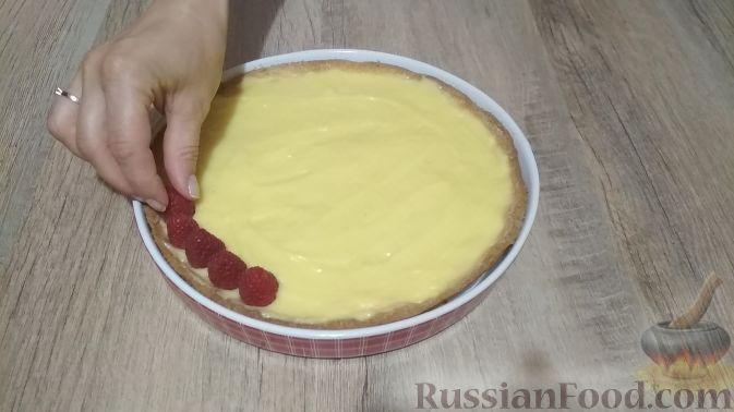 Фото приготовления рецепта: Тарт с заварным кремом и малиной - шаг №10