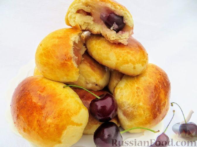 Фото к рецепту: Пирожки с черешней (из дрожжевого теста на кефире)