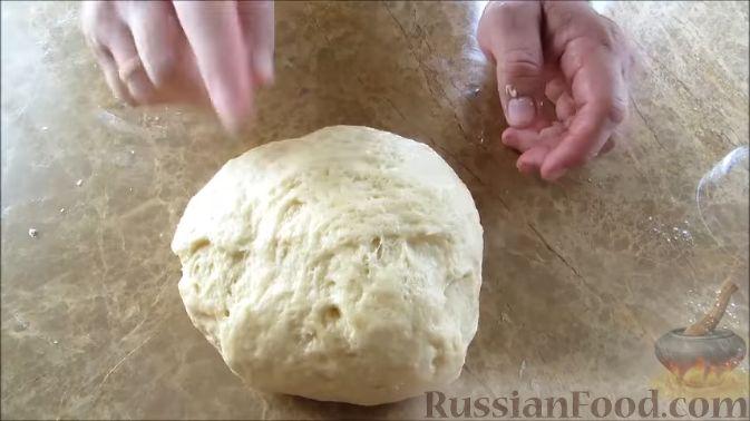 Фото приготовления рецепта: Пирожки с черешней (из дрожжевого теста на кефире) - шаг №5