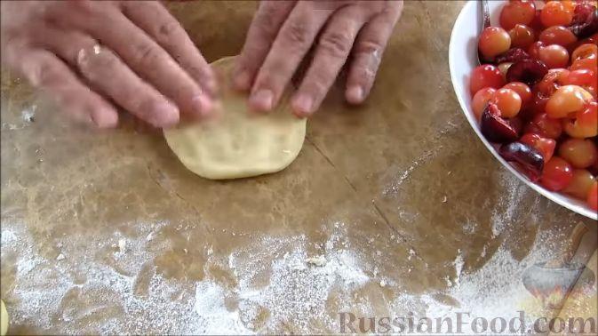 Фото приготовления рецепта: Пирожки с черешней (из дрожжевого теста на кефире) - шаг №8