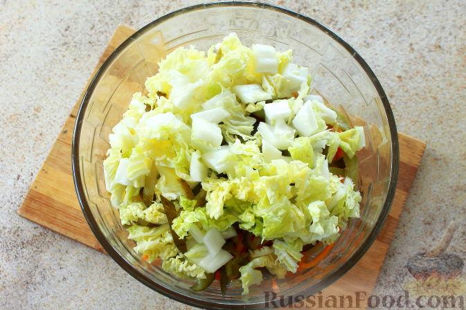 Фото приготовления рецепта: Мясной салат с пекинской капустой - шаг №7