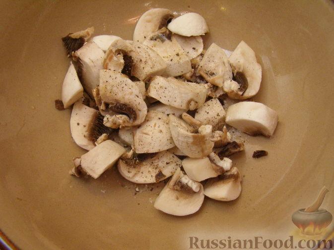 Фото приготовления рецепта: Салат с копченым мясом и орехами - шаг №4