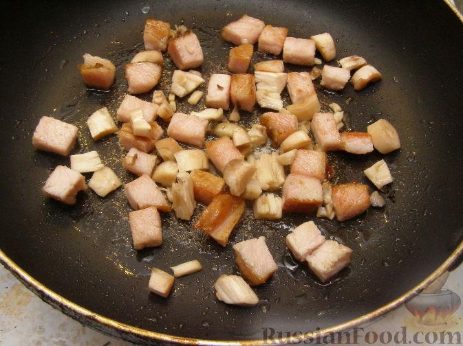 Фото приготовления рецепта: Салат с копченым мясом и орехами - шаг №3