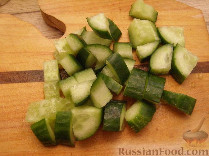 Фото приготовления рецепта: Салат с копченым мясом и орехами - шаг №5