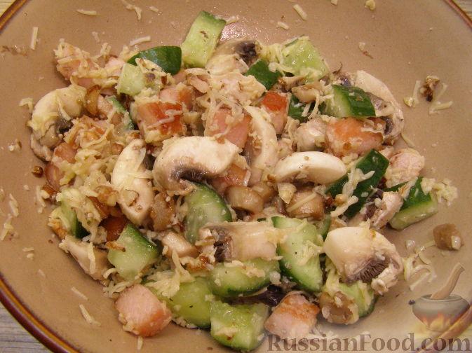 Фото приготовления рецепта: Салат с копченым мясом и орехами - шаг №9