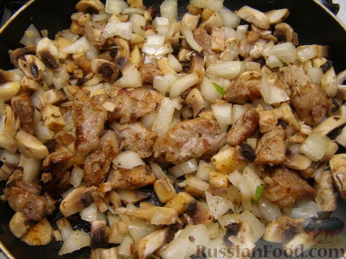 Куриные бедра с луком на сковороде рецепт
