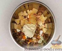 Фото приготовления рецепта: Салат из курицы с ананасом и грибами - шаг №10