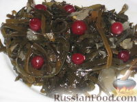 Фото к рецепту: Салат из морской капусты с клюквой