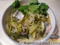Фото к рецепту: Салат с сельдью и маринованными огурцами