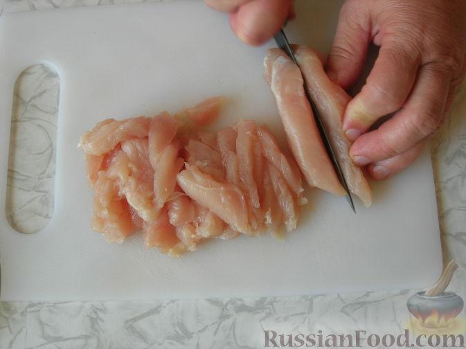 """Фото приготовления рецепта: Салат """"Причуда"""" с курицей, кабачками и сладким перцем - шаг №3"""