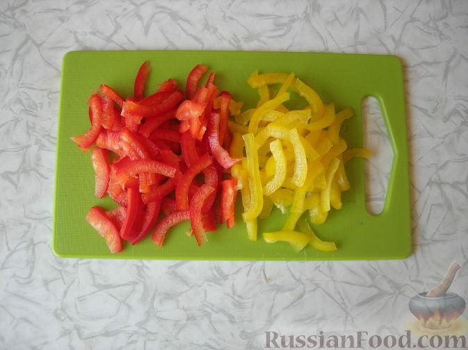 """Фото приготовления рецепта: Салат """"Причуда"""" с курицей, кабачками и сладким перцем - шаг №7"""