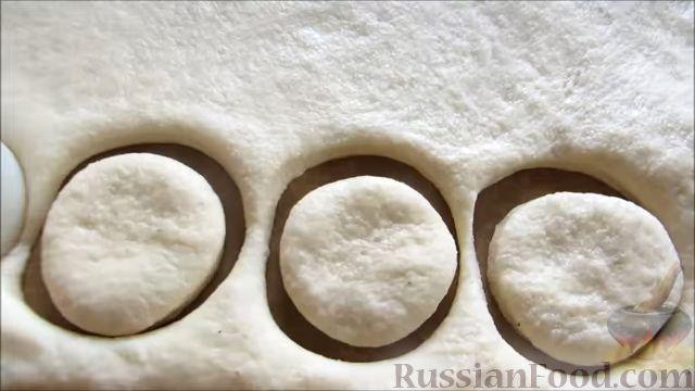 Фото приготовления рецепта: Быстрое печенье с шоколадной крошкой (в микроволновке) - шаг №10