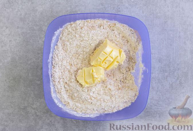 Фото приготовления рецепта: Овсяное печенье с малиной - шаг №4