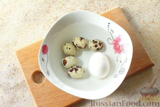 Фото приготовления рецепта: Салат с печенью, яблоками и зеленью - шаг №4