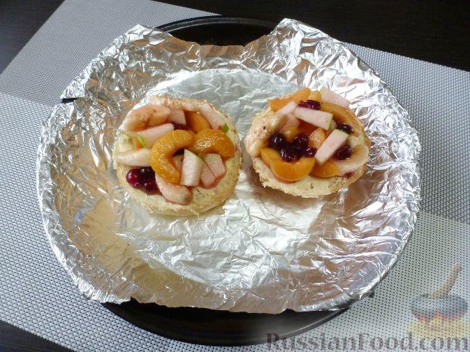 Фото приготовления рецепта: Горячий бутерброд с фруктами - шаг №7