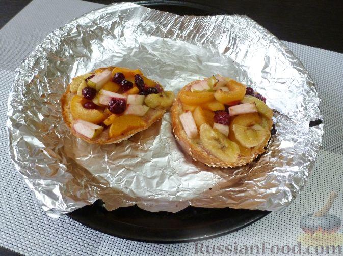 Фото приготовления рецепта: Горячий бутерброд с фруктами - шаг №8
