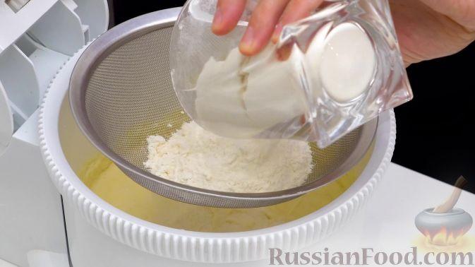 Фото приготовления рецепта: Сливовый пирог - шаг №4