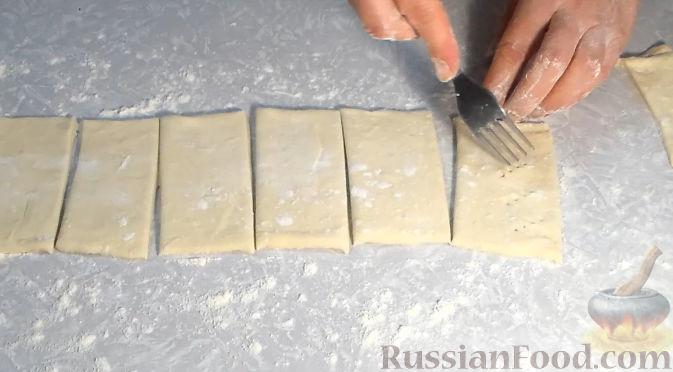 Фото приготовления рецепта: Слойки со сливочным кремом и клубникой - шаг №2