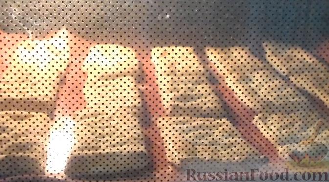 Фото приготовления рецепта: Слойки со сливочным кремом и клубникой - шаг №4