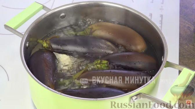 Фото приготовления рецепта: Булочки с вишнёвым вареньем, изюмом и орехами - шаг №6